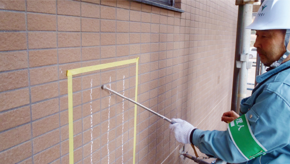 マンション壁面の打音検査作業写真